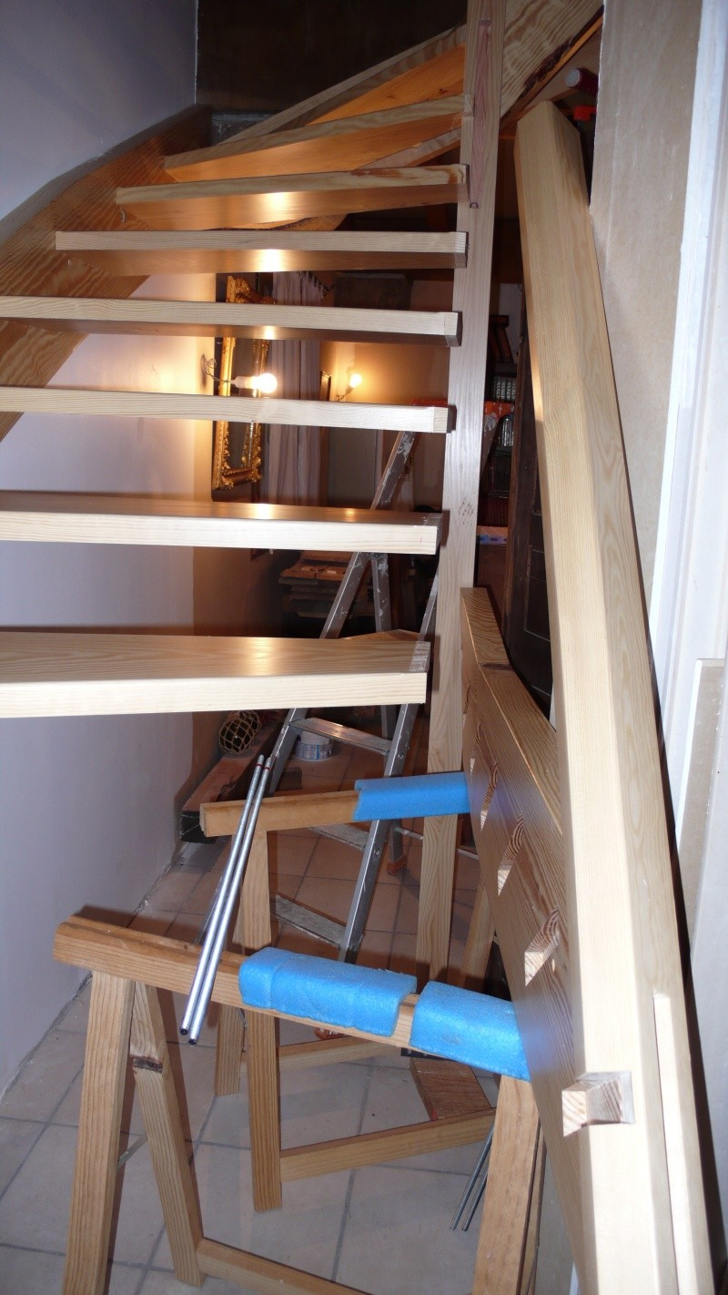 Escalier provisoire devenu définitif en pin sylvestre, à double balancements - Page 3 L1040770