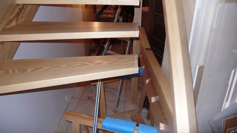 Escalier provisoire devenu définitif en pin sylvestre, à double balancements - Page 3 L1040771