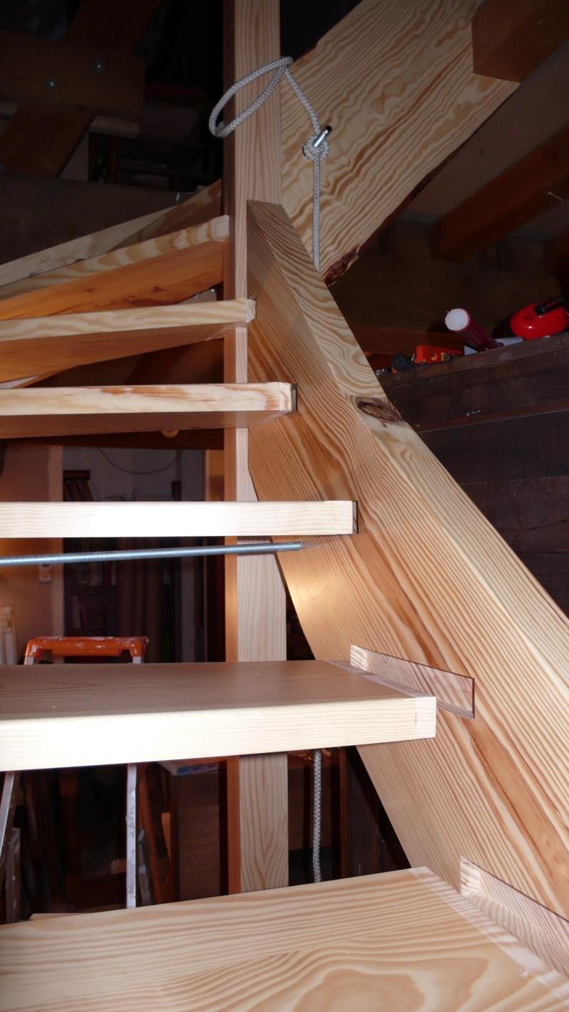 Escalier provisoire devenu définitif en pin sylvestre, à double balancements - Page 3 L1040772