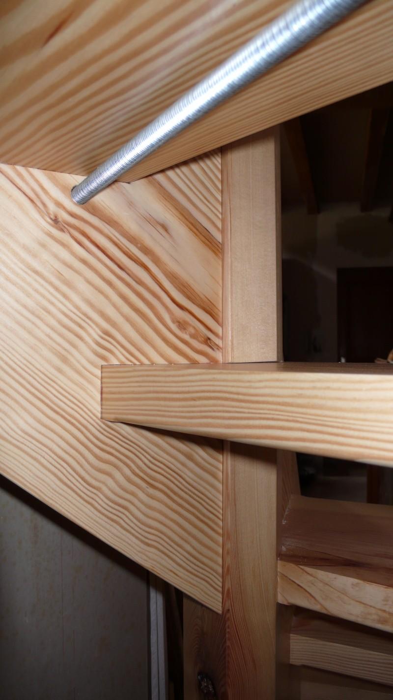 Escalier provisoire devenu définitif en pin sylvestre, à double balancements - Page 3 L1040776