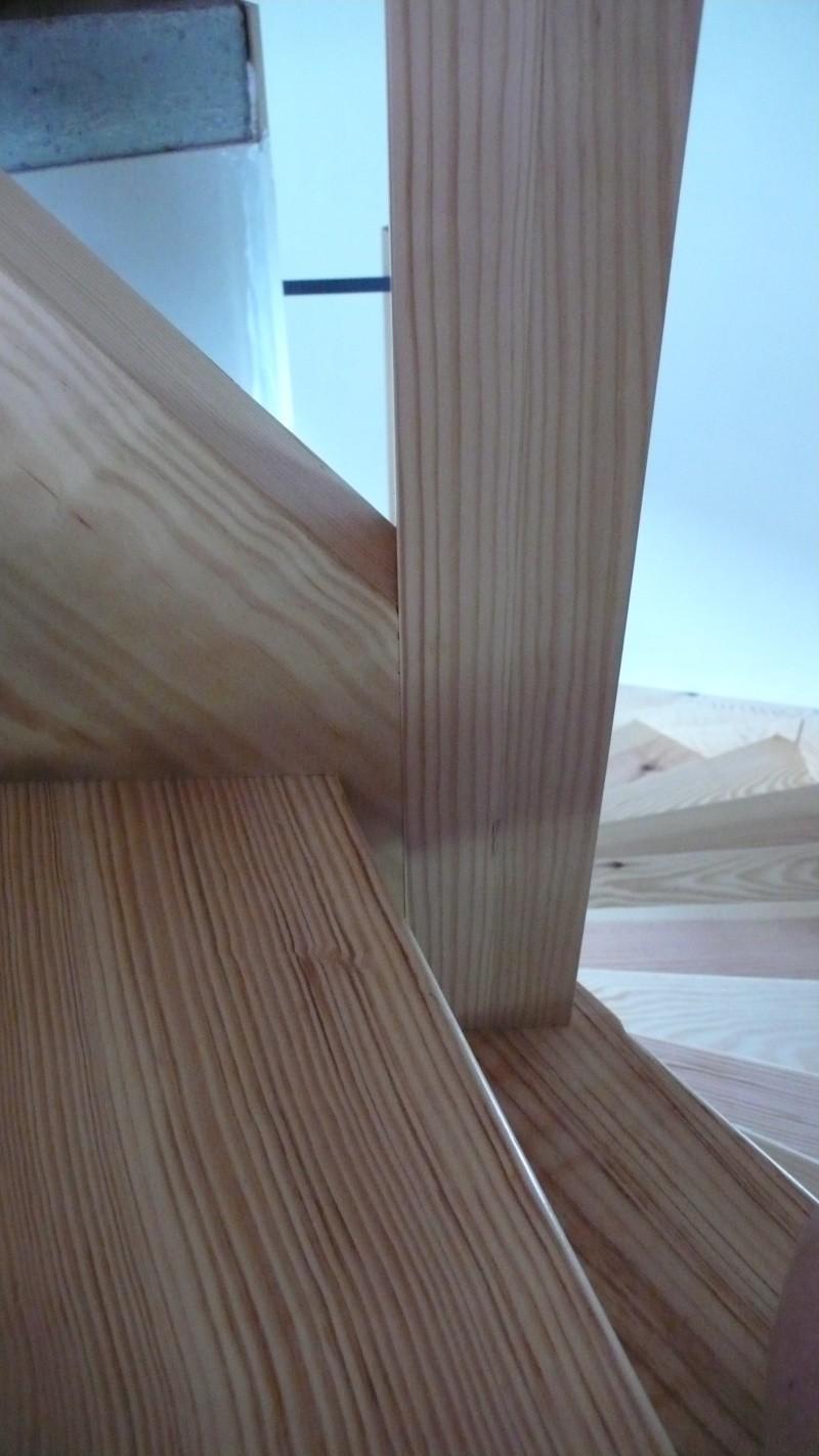 Escalier provisoire devenu définitif en pin sylvestre, à double balancements - Page 3 L1040779