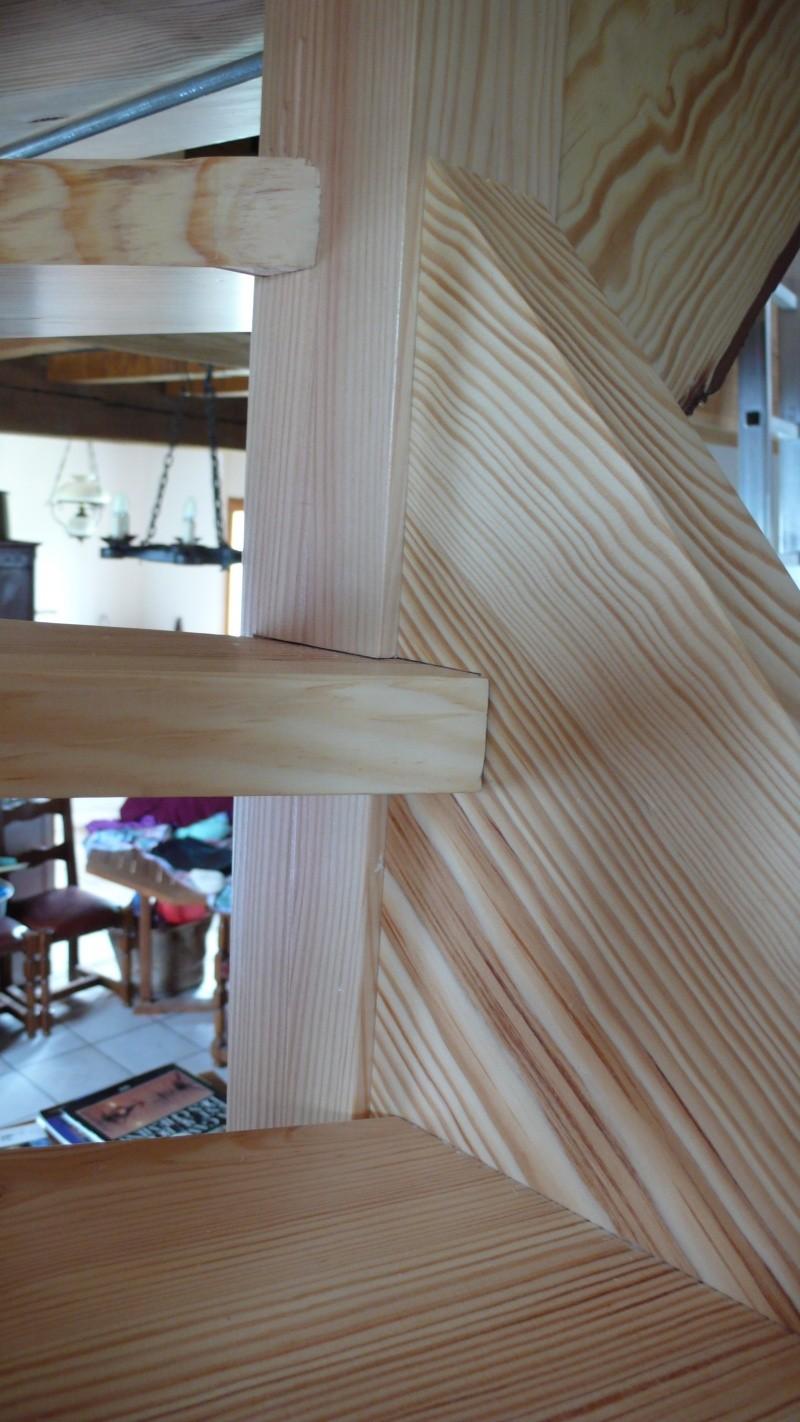 Escalier provisoire devenu définitif en pin sylvestre, à double balancements - Page 3 L1040780