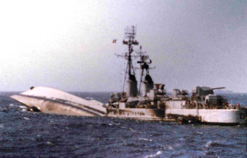 La fin de l'escorteur d'escadre SURCOUF 1/400 D621_s15