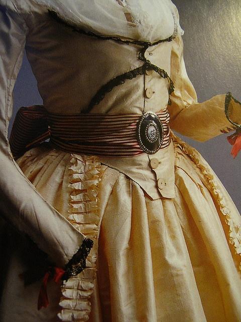 robes XVIIIe: styles, couleurs et matières  Zone-g10