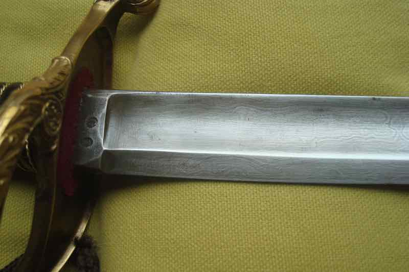 curieux sabre de KLINGENTHAL lame en damas Dsc09110