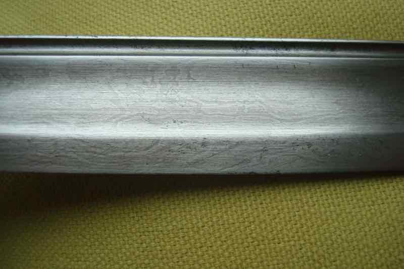curieux sabre de KLINGENTHAL lame en damas Dsc09111