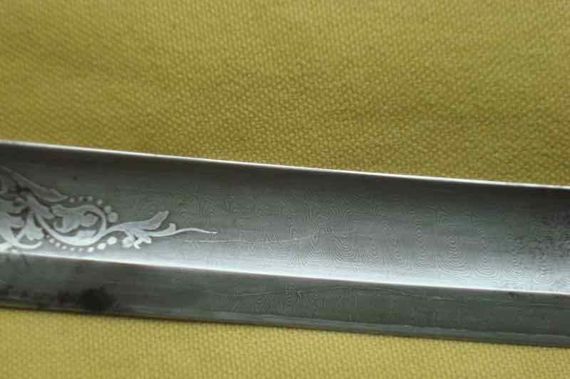 curieux sabre de KLINGENTHAL lame en damas Dsc09113