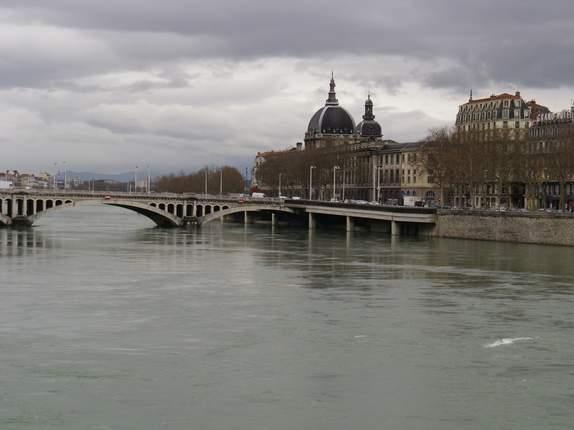 Le pont, incontournable du paysage routier - Page 3 Barcel10