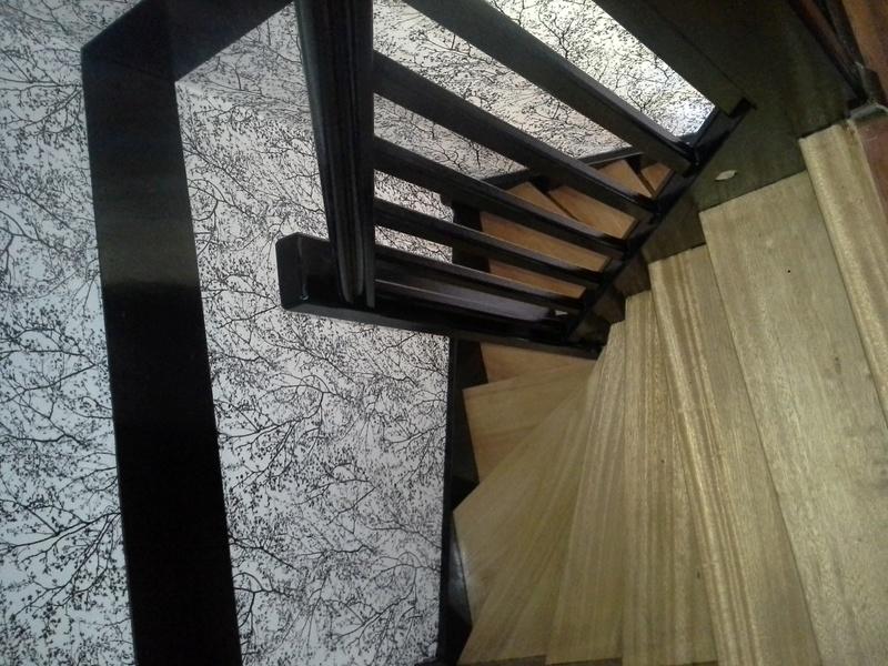 Escalier noir et bois clair 1710
