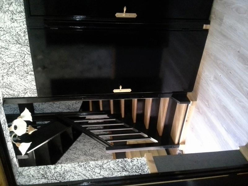 Escalier noir et bois clair 910