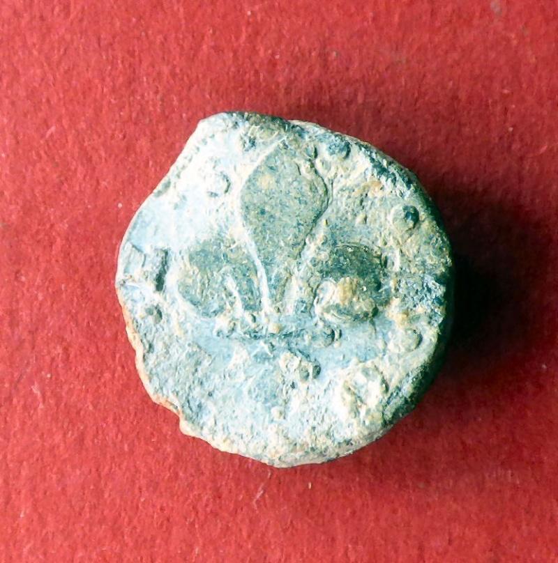 fleur de lys - resolue : plateau d'un plomb des gardes drapiers de Troyes P1010515