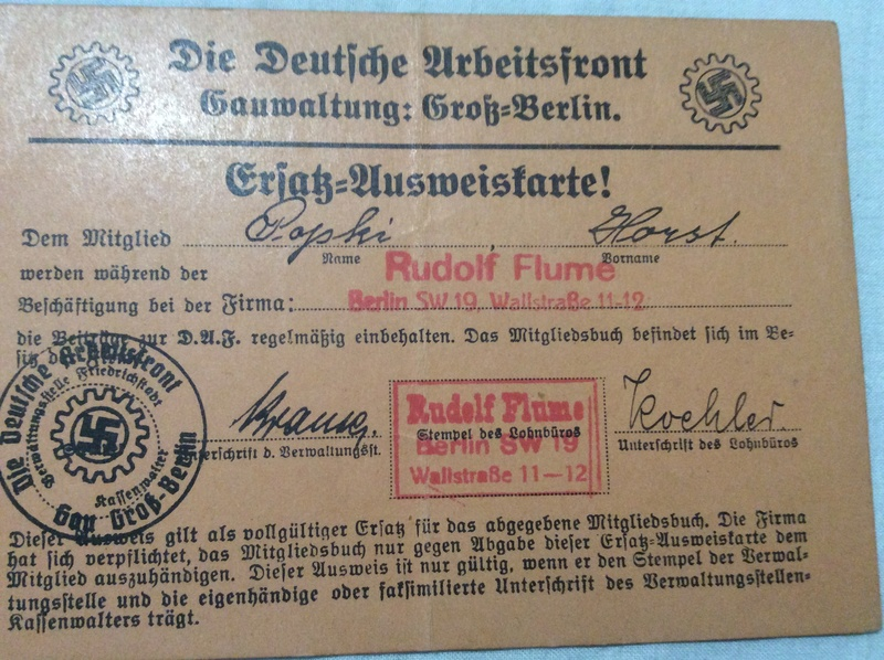 Casque SS , badge du parti nazi et papiers a identifier . Casque11