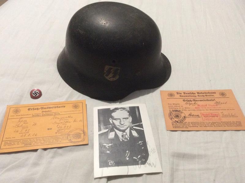Casque SS , badge du parti nazi et papiers a identifier . Casque12