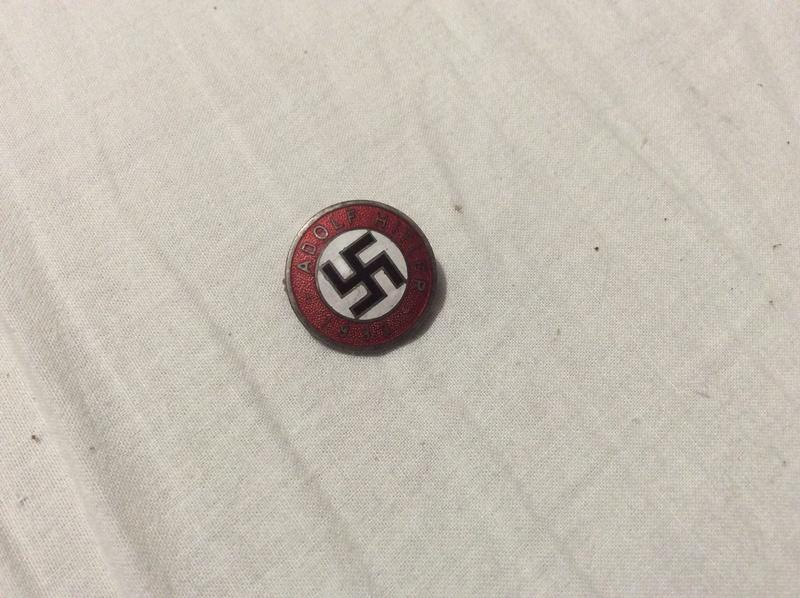 Casque SS , badge du parti nazi et papiers a identifier . Casque13