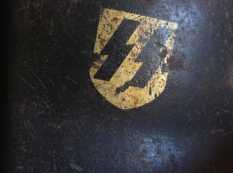Casque SS , badge du parti nazi et papiers a identifier . Image14