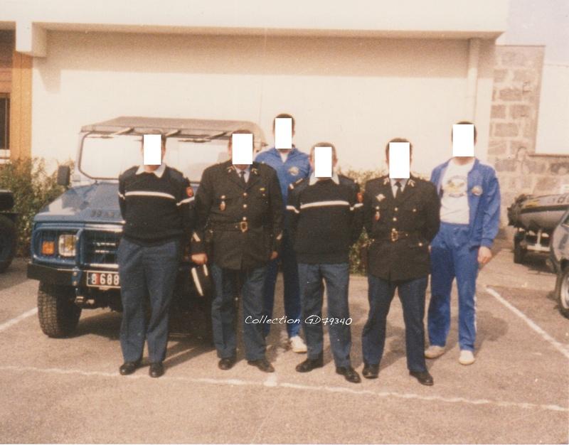 R4, R6 Sinpar et véhicules tout terrain de brigade.  Cour_b10