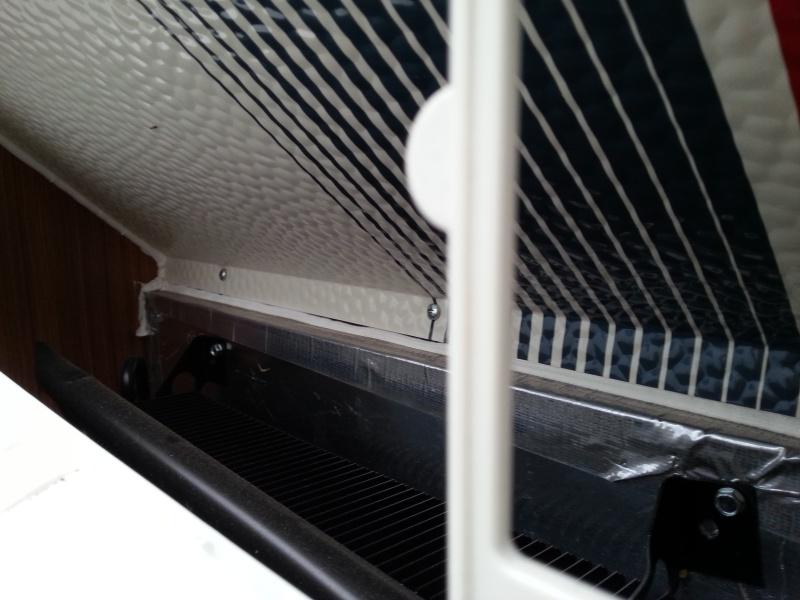 Espace de ventilisation au dessus du frogo devient tres chaud et emet un gaz a l'interieure  ((Prolite evasion 2013)) 2013-110