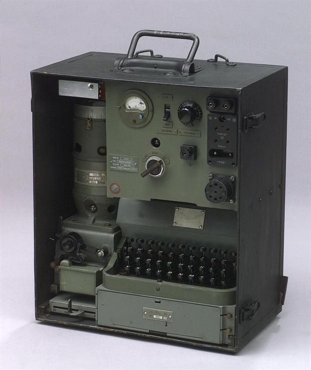 Réalisation de machines de télétransmission . Making a signal corp machinery .Realisierung von Maschinen von Nachrichtentruppe  00000810
