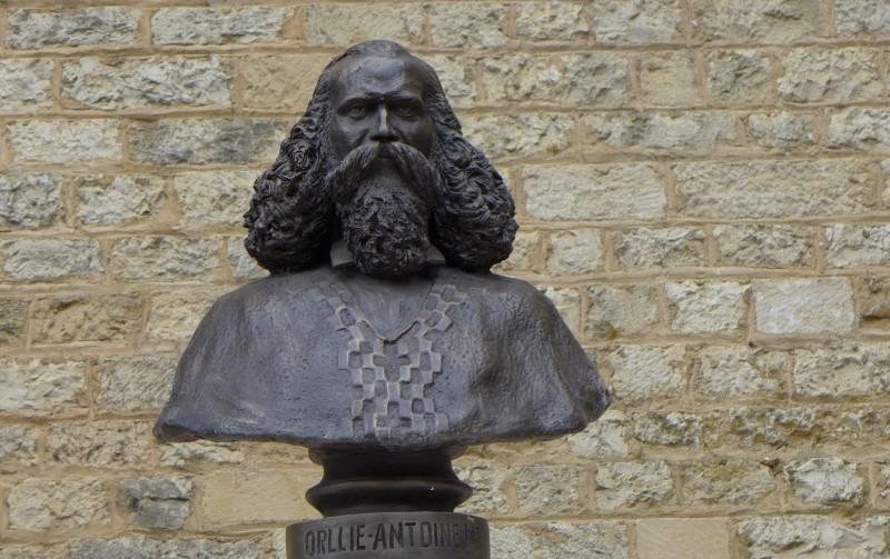 nouveau buste du Roi d'Araucanie et de Patagonie Buste-11