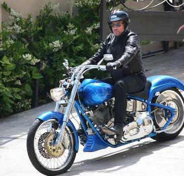 Ils ont posé avec une Harley, principalement les People - Page 2 Captur10