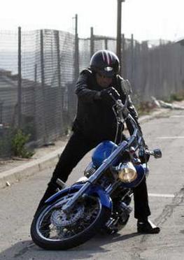 Ils ont posé avec une Harley, principalement les People - Page 2 Captur13