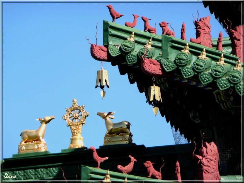 temple boudhiste, temple couleur sur le ciel bleu 1_mong10