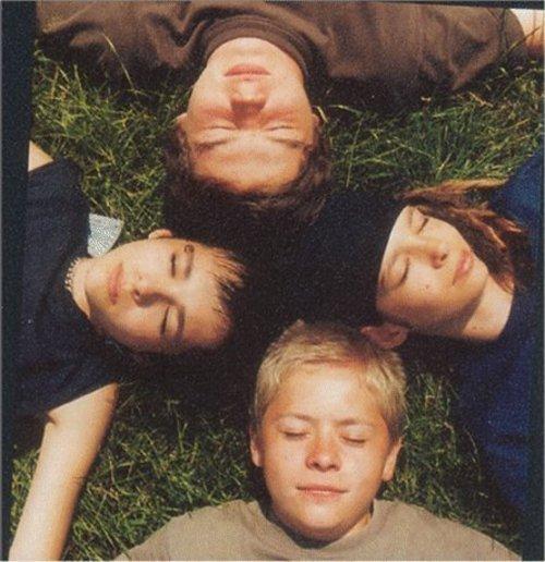 [#13 Photos de la semaine] Bill, Tom, Georg et Gustav en train de dormir N7337610
