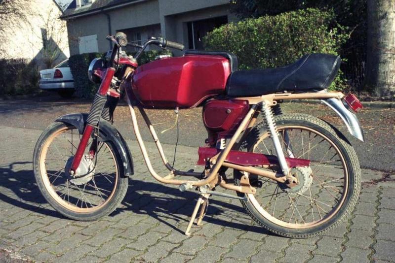 Le type a une 100RS mais a surtout des magnifiques cyclos FLANDRIA 2001-m11
