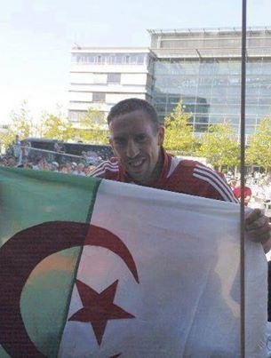 علم المليون و نصف المليون شهيد يحمله الا الكبار ♥♥ صورة لفرنك ربيري اين عشاق علم الجزائر ؟؟؟؟ 10048011