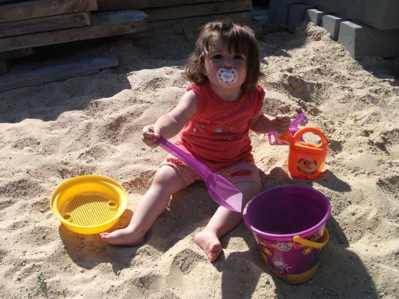 camille et le seau de plage garni dora !!! Dscf0110