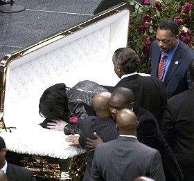 Mistero:Michael fuori dalla bara al funerale Michae10