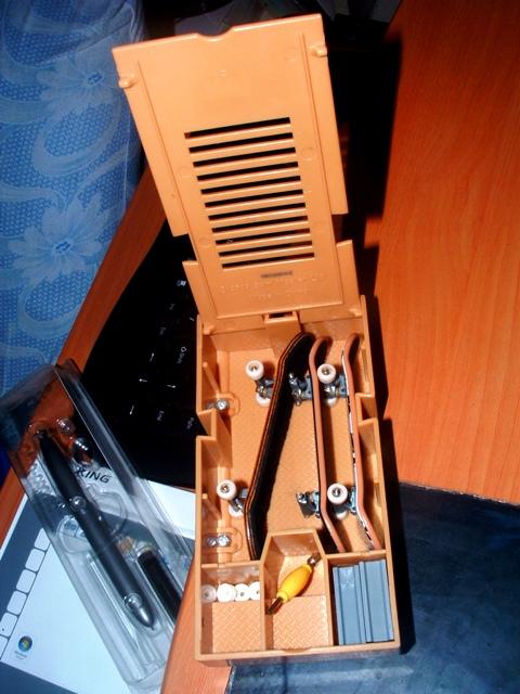 post your fingerboard case/box - Page 6 Dscf0012