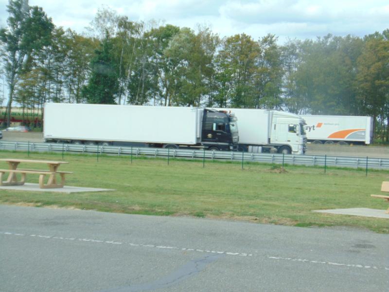 Photos avec plusieurs camions - Page 39 Dsc00436