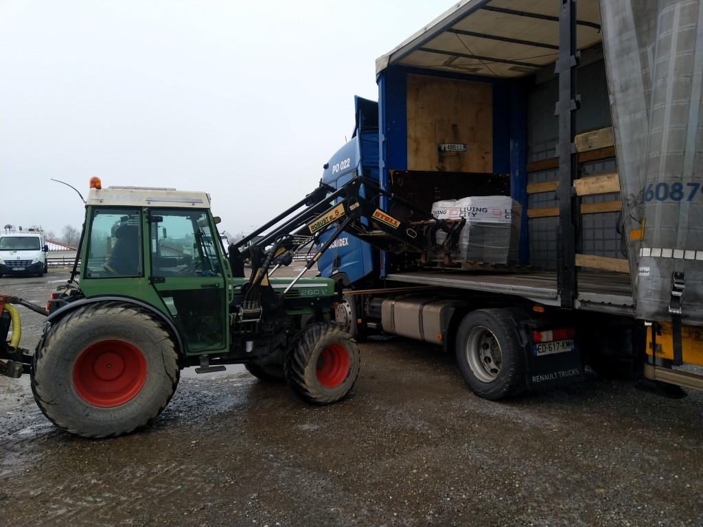 Déchargement de carrelage au tracteur agricole. Img_2372