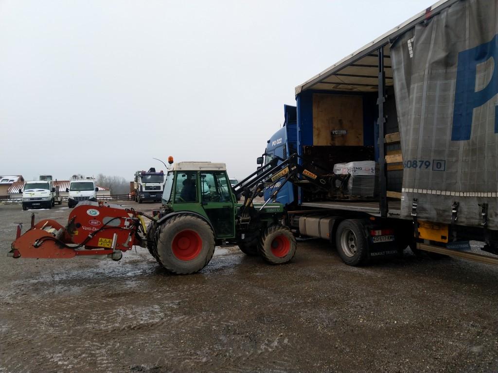 Déchargement de carrelage au tracteur agricole. Img_2373
