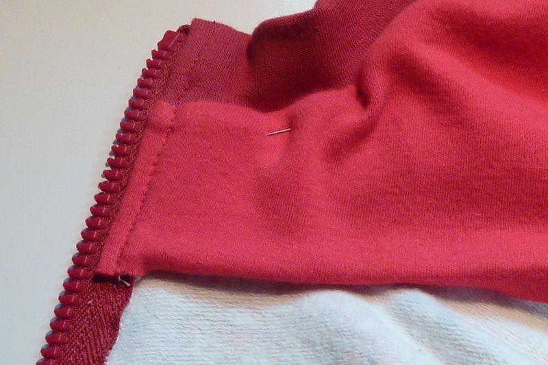 [TECHNIQUE DEBUTANT] [FINITIONS] [DOUBLURE] comment finir la base d'une capuche doublée sur gilet zippé ? Capuch11