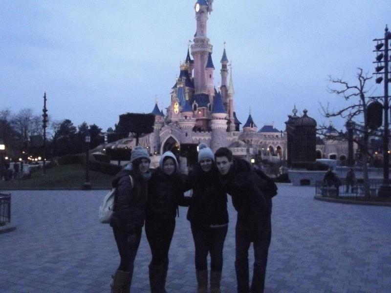 10 belges lâchés à Disneyland ! - Page 5 52944510
