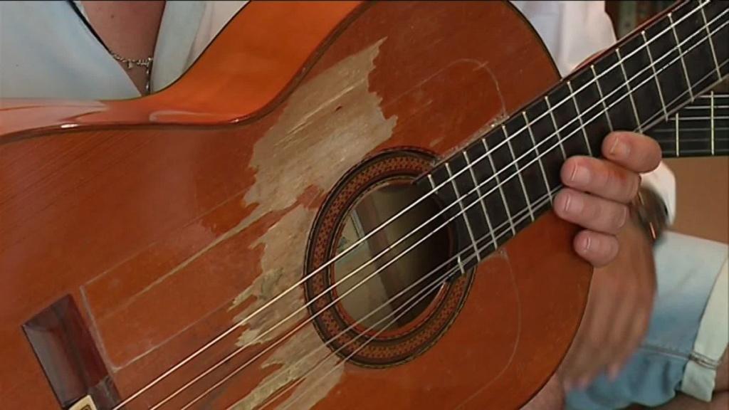 Montpellier :  on a volé la guitare de Manitas de Plata... S_mani10