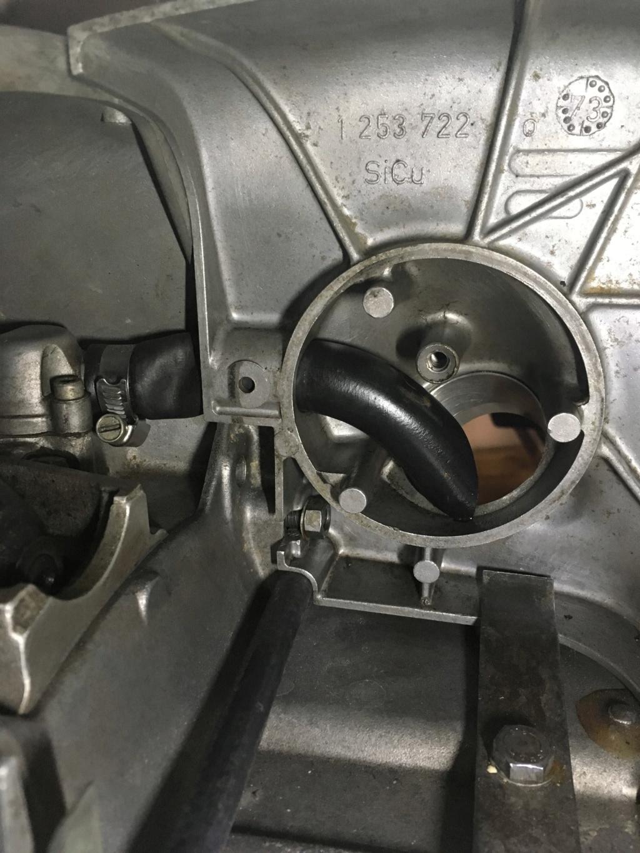 Position de la durite d'huile du filtre a air Img_3410