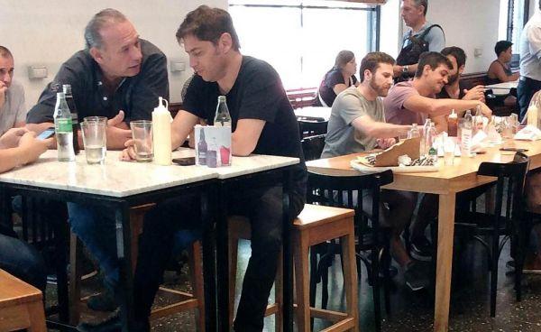 La Plata: Kicillof con Berni en un local de hamburguesas 001124