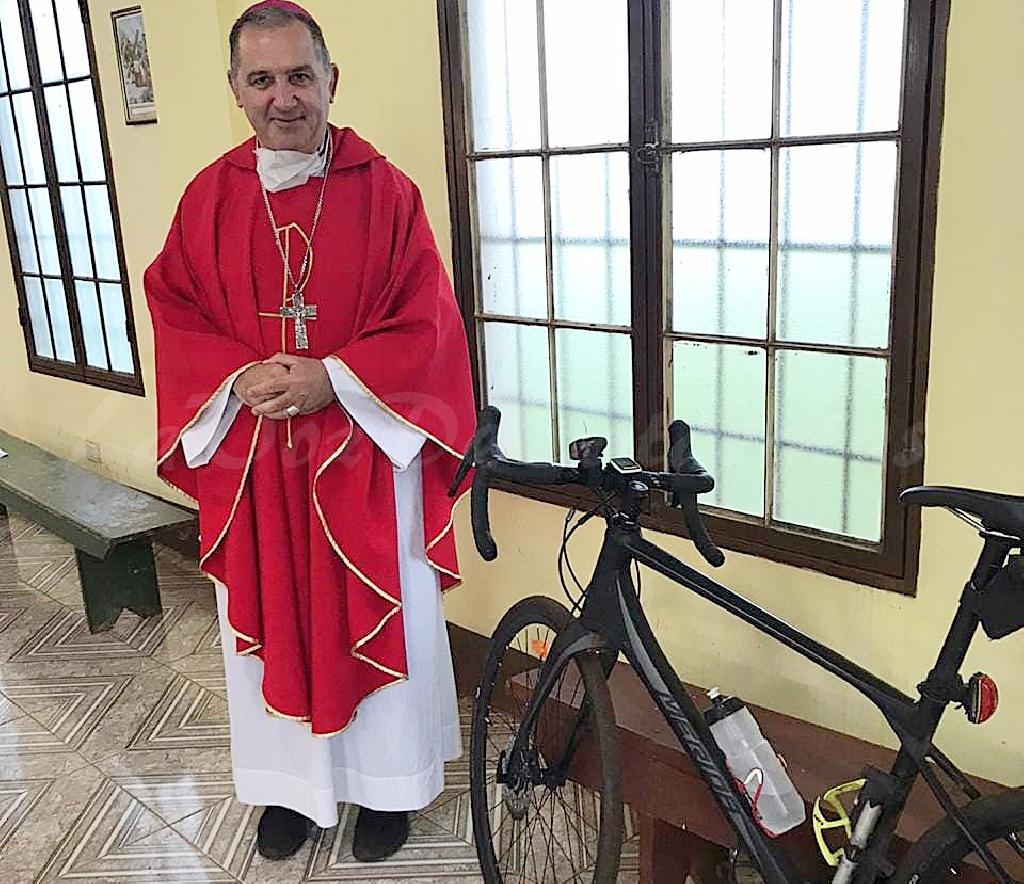 Monseñor Nicolás Baisi se traslada en bicicleta por Iguazú 001150