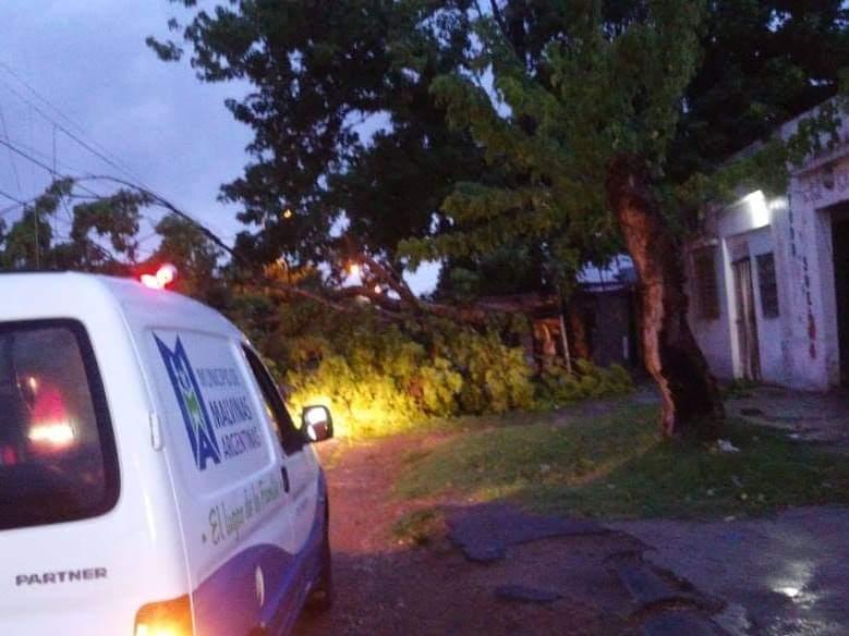 Malvinas Argentinas: Tras el temporal, asistencia del municipio. Whatsa15