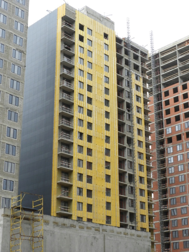 """На ЖК """"Летний сад"""" - начался монтаж фасадных конструкций корпусов второй очереди строительства 2711"""