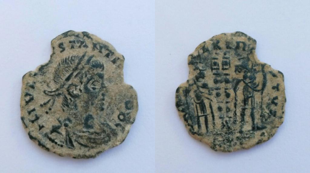 AE3 de Constancio II. GLOR-IA EXERC-ITVS. Dos estandartes entre dos soldados. Trier. Img_2033