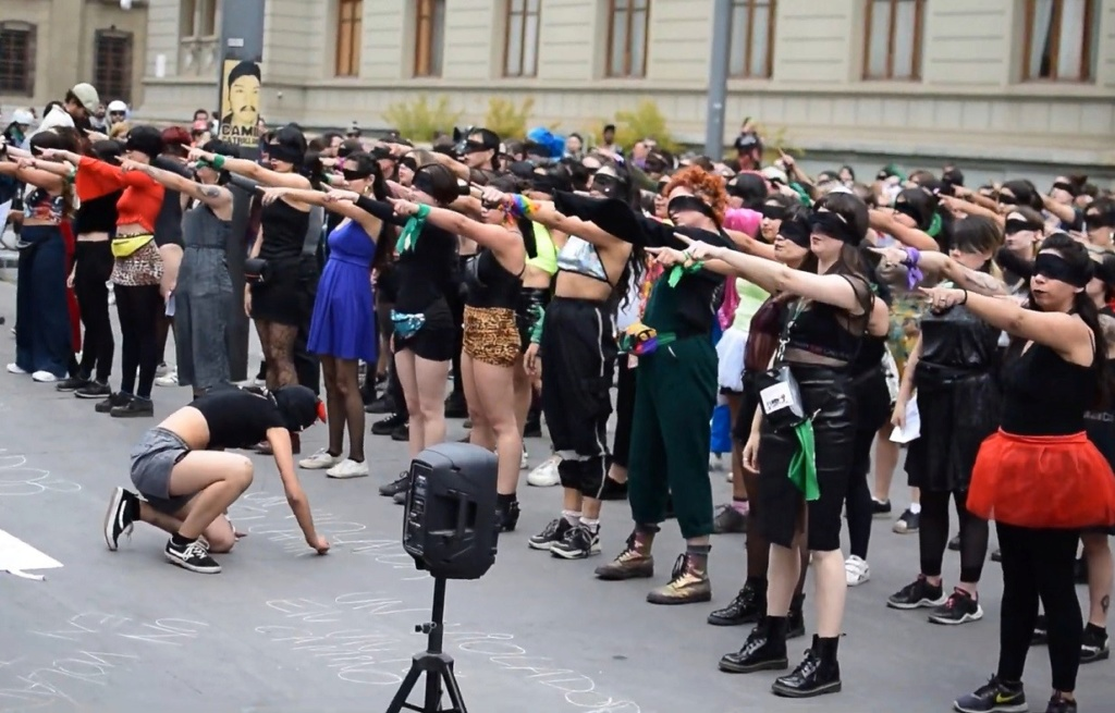 Himno feminista, coreografía totalitaria  marcial, objetivo burgués: dividir a mujeres y hombres de la clase obrera, y generar corporativismo social feminista.   1366_210