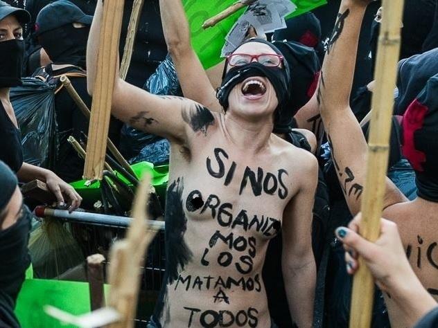 Himno feminista, coreografía totalitaria  marcial, objetivo burgués: dividir a mujeres y hombres de la clase obrera, y generar corporativismo social feminista.   20310