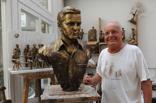 Hungarian sculptor creates bronze bust of George Clooney George10