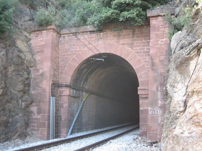 Construcció d'una boca de tunel de pedra (vermella)-(FFCC de la Terrassa) Xx10