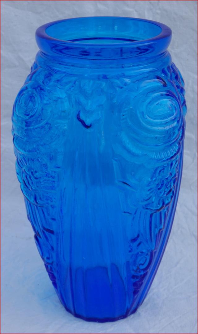 Gros vase verre noir pressé moulé Art Déco (?) côtelé, fleurs satinées Vasegl10