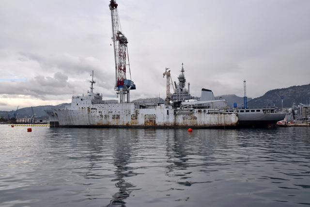 Le porte-avions Charles de Gaulle a rejoint le bassin Vauban . Dsc_0210